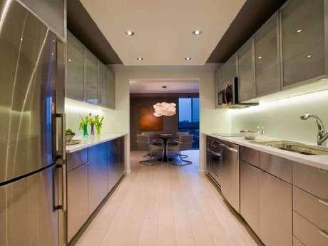 31. A cozinha corredor também pode ser decorada com armário planejado de cozinha – Foto: HGTV
