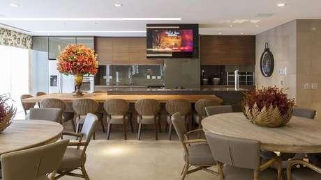 32. Cozinha decorada ampla com armário de cozinha planejado em marcenaria – Foto: Jayme Bernardo Arquitetura e Design