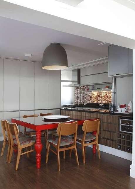34. Cozinha decorada com armário de cozinha planejado branco e mesa vermelha – Foto: Lore Arquitetura Lore