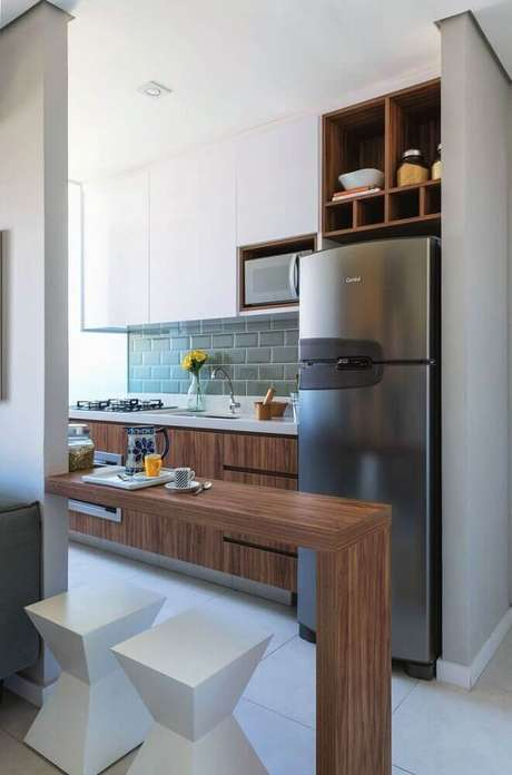 37. Decoração simples com subway tile e armário planejado para cozinha pequena – Foto: Pinterest