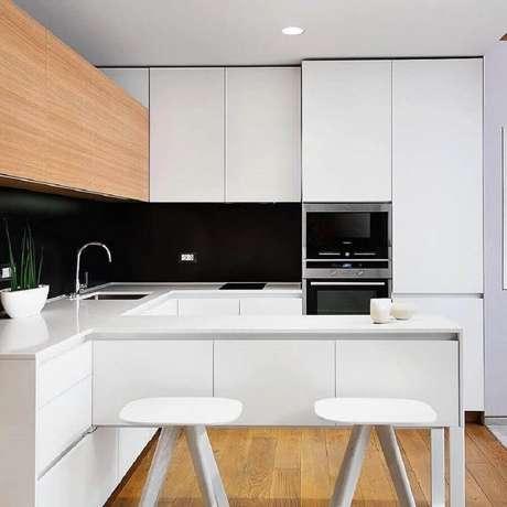 38. Cozinha minimalista decorada com armário de cozinha planejado branco – Foto: The Holk