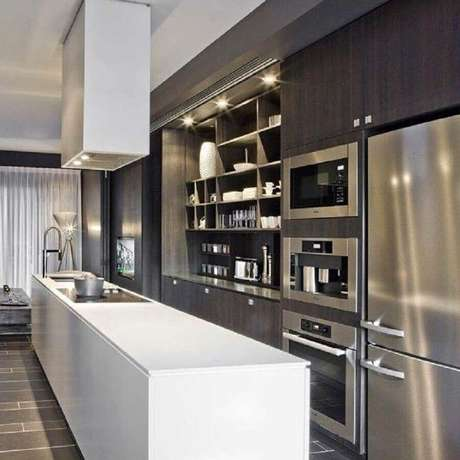 39. O inox deixa a cozinha com armários planejados ainda mais moderna – Foto: Hildebrand Silva Arquitetura