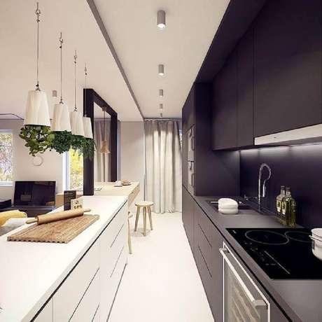 41. Na cozinha decorada com armário de cozinha planejado preto é muito importante investir em uma boa iluminação – Foto: Plasterlina