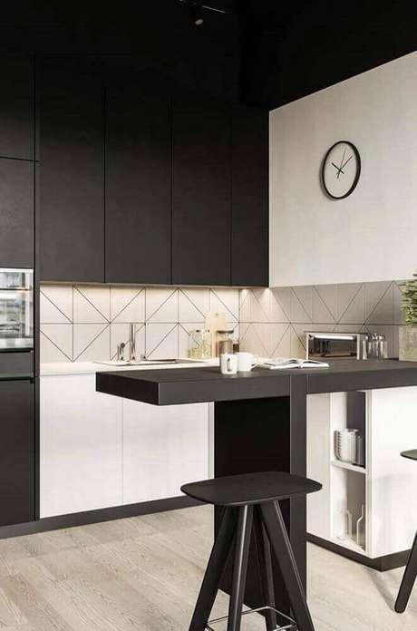 42. Cozinha moderna decorada com armário de cozinha planejado preto e branco – Foto: Absolute Hotties