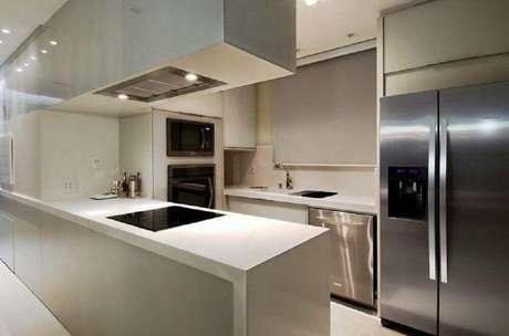 43. Cozinha moderna decorada com armário planejado para cozinha pequena – Foto: Viviane Loyola