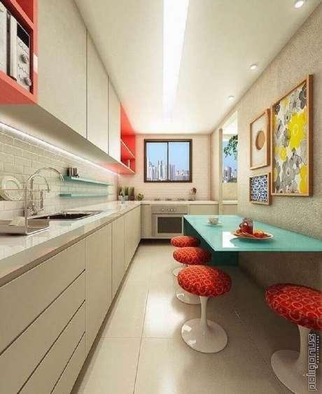 46. Cozinha pequena decorada com armário de cozinha planejado branco e mesa azul – Foto: Poligonus Arquitetura