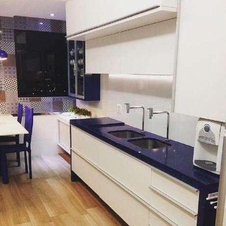47. Cozinha simples decorada com armário de cozinha planejado branco com bancada azul – Foto: Larissa Vinagre Arquitetura e Interiores