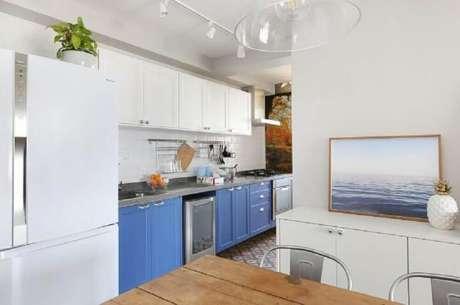 48. As cores de armário de cozinha planejado são ótimas para deixar o ambiente mais alegre – Foto: Antonio Armando de Araujo