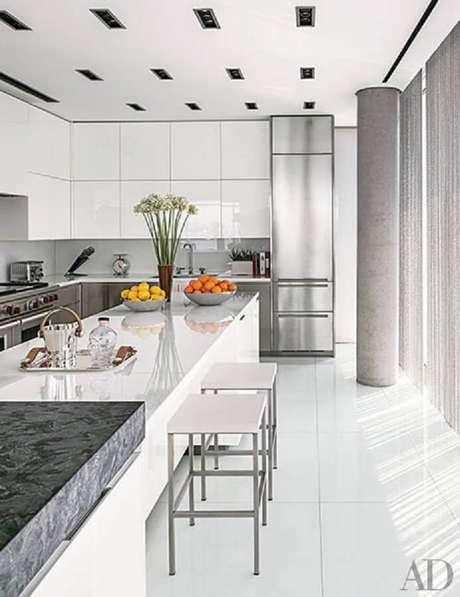 50. Decoração clean com armário de cozinha planejado branco – Foto: Architectural Digest