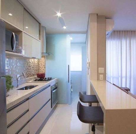 53. A cozinha americana também pode e deve ter armário planejado de cozinha – Foto: Mariane e Marilda Baptista Arquitetura e Interiores