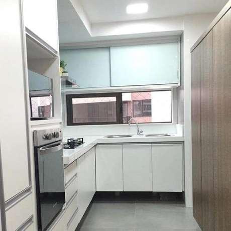 54. Decoração simples e clean com armário de cozinha planejado – Foto: Plural Consultoria e Arquitetura Criativa