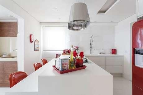 55. Cozinha decorada vermelho e branca com armário planejado de cozinha com ilha – Foto: Mariana Luccisano