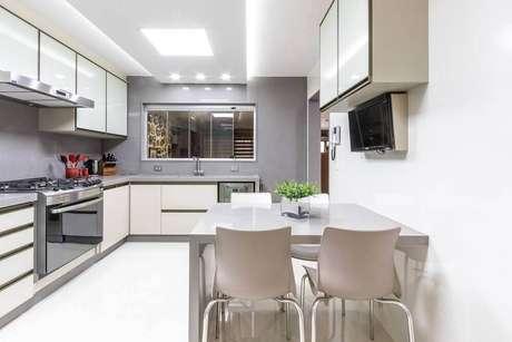 58. O cinza deu um toque moderno para a decoração da cozinha com armário planejado – Foto: Mauren Buest