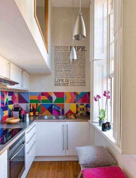 3. Decoração para cozinha corredor com armários planejados e revestimento colorido – Foto: Ritely