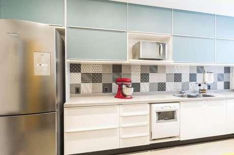 63. Decoração com azulejos estampados e armário de cozinha planejado branco e cinza – Foto: Vitral Arquitetura