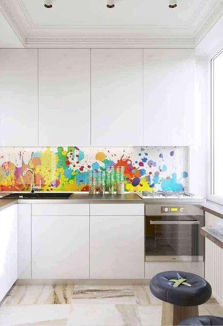 64. Decoração com parede colorida e armário de cozinha planejado branco – Foto: Pinterest