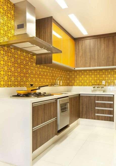 6. Cores vibrantes são excelentes escolha para armário planejado de cozinha – Foto: Revista VD