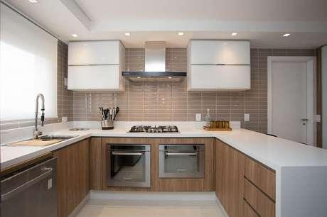 65. Invista em armário planejado de cozinha para melhor aproveitamento de espaços pequenos – Foto: Meet Arquitetura e Interiores