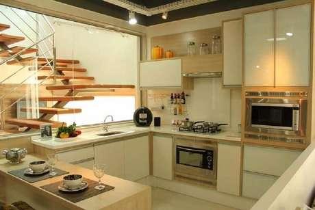 66. Decoração em tons neutros com armário planejado para cozinha pequena – Foto: Isabela Nunes Mayerhofer