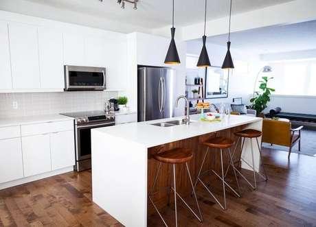 68. Na decoração moderna desse ambiente com armário de cozinha planejado branco foi utilizada a madeira para trazer aconchego ao espaço – Foto: 204 Park