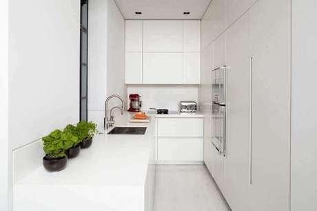 7. O armário de cozinha planejado branco é perfeito para uma cozinha compacta – Foto: Encio