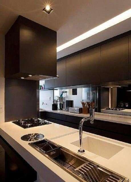 69. Decoração moderna com armário de cozinha planejado preto com bancada branca – Foto: GF Projetos