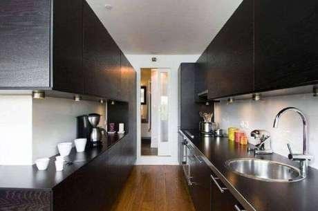 8. O armário de cozinha planejado preto é muito utilizado em cozinhas modernas – Foto: Manuel Sequeira Architecte