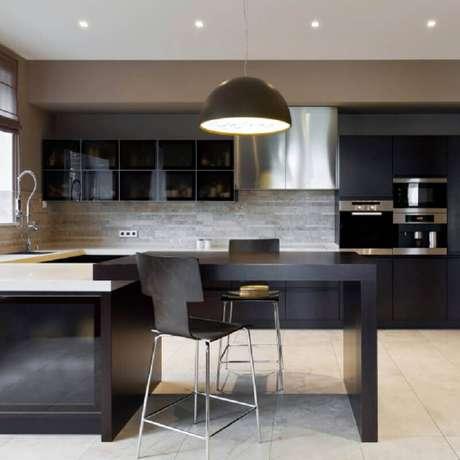 70. Decoração moderna com armário de cozinha planejado preto – Foto: Yandex
