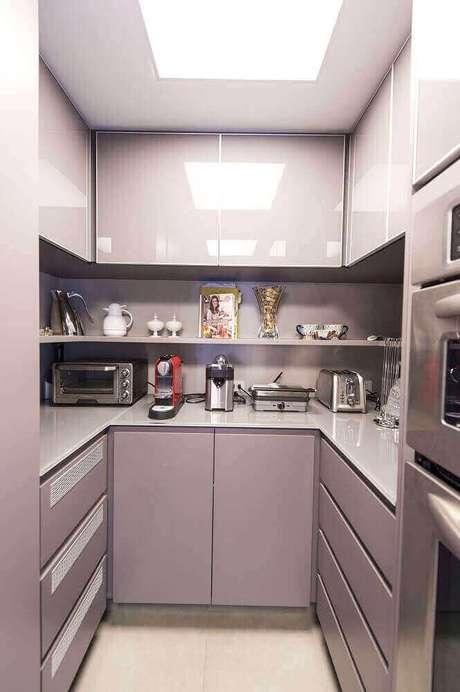 5. Modelos modernos de armário planejado para cozinha pequena – Foto: Carla Cuono Arquitetura e Interiores