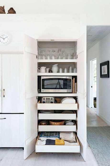 72. Invista em um armário de cozinha planejado com bastante divisões, assim fica mais fácil manter a organização do ambiente – Foto: Studio McGee