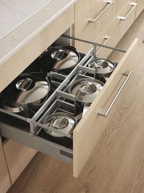73. Modelo de divisórias para armário planejado de cozinha – Foto: Ellen Rennard