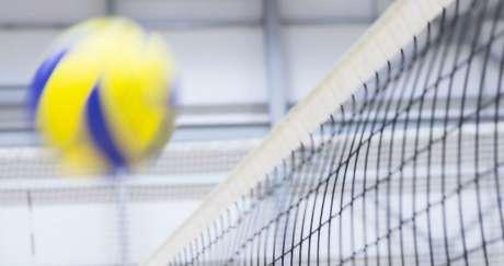 Saque saltando - conhecido também como saque viagem, aqui o atleta joga a bola para cima como se fosse um ataque. Em seguida, é preciso correr atrás da bola e saltar pegando impulso com os braços. A última etapa é golpear a bola para a quadra adversária  | Fonte: Getty Images