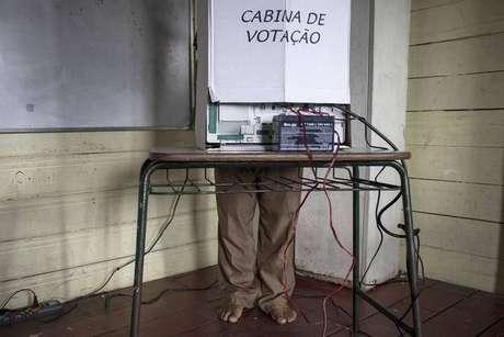 Eleitor vota em comunidade rural em Amazonas, norte do Brasil