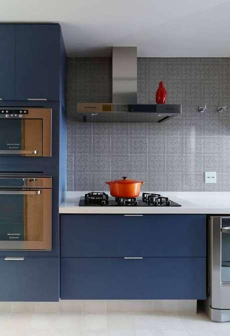74. As linhas retas e o azul escuro do armário planejado de cozinha deixaram o ambiente com um toque moderno e acolhedor – Foto: Diseno Interior