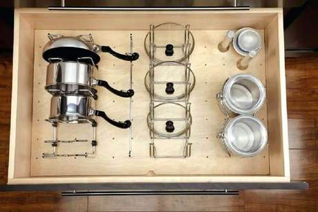 75. O armário de cozinha planejado é perfeito para manter o ambiente bem organizado – Foto: The Poultry Keeper
