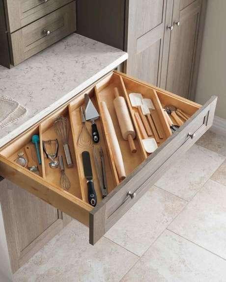 11. O armário de cozinha planejado é perfeito para manter o ambiente sempre organizado – Foto: Godrej Interio
