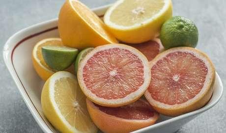 1. Coma um GRAPEFRUIT por dia. De manhã, em jejum, ou antes de dormir. A fruta contém grandes quantidades de antioxidante, que retarda o envelhecimento celular, regula os níveis de glicose no sangue e aumenta as defesas. Pesquisas mostraram que quem come ou bebe o suco da fruta todo dia apresenta menores índices de glicose sanguínea e emagrece mais. A perda de peso estaria ligada aos menores teores de insulina no sangue. Em excesso, esse hormônio estimula o hipotálamo (região do cérebro), provocando sensação de fome, além de estimular o fígado a fabricar gordura, que pode obstruir as artérias e causar infartos e derrames.