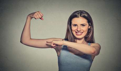 NÃO SE DEVE TREINAR O MESMO GRUPO MUSCULAR EM DIAS SEGUIDOS Verdade. O intervalo de descanso entre um grupo muscular e outro deve ser respeitado. O objetivo disso é evitar lesões e recuperar o grupo muscular trabalhado para o próximo treino com dias alternados.