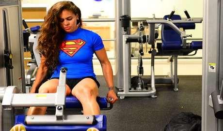 A VELOCIDADE E AMPLITUDE DO MOVIMENTO INTERFEREM NA HIPERTROFIA?Verdade. A amplitude e a velocidade da execução do movimento, interferem no ganho de massa magra. Ao praticar com o máximo de amplitude articular, executando com um tempo maior os movimentos, porém, em baixa velocidade, o praticante recruta mais fibras musculares, ativando o músculo por inteiro.