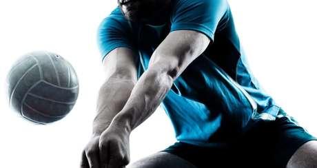 Manchete - serve para receber uma bola que chega mais baixa. O jogador deve estar com os dois braços unidos e deve bater na bola com o antebraço.   Certo: as pernas devem estar semiflexionadas e os braços estendidos. Além disso, para que faça o golpe perfeito, é preciso saber o posicionamento correto das mãos. Coloque uma sobre a outra e una os dedões na parte da frente das mãos. Errado: mãos intercaladas, tronco reto e braço flexionado | Fonte: Getty Images