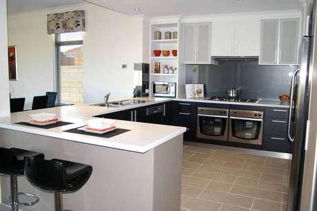 77. Modelo de armário planejado para cozinha americana – Foto: The Wow Style