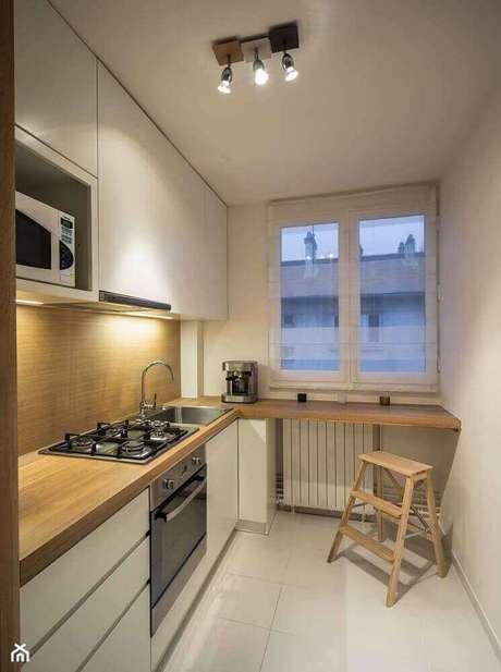78. Decoração clean com armário planejado para cozinha pequena com cooktop – Foto: Pinterest
