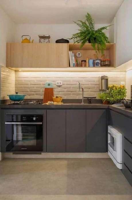 80. Decoração delicada com armário planejado para cozinha pequena em tons de cinza – Foto: Top Home Ideas