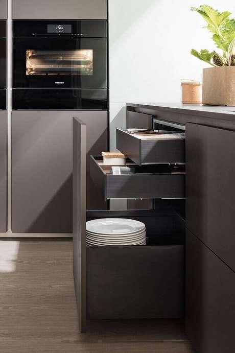 81. Modelos de compartimentos perfeitos para organização dentro do armário de cozinha planejado – Foto: Architonic