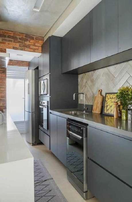 83. Decoração com parede de tijolinho e armário planejado para cozinha pequena em tons de cinza – Foto: The Holk