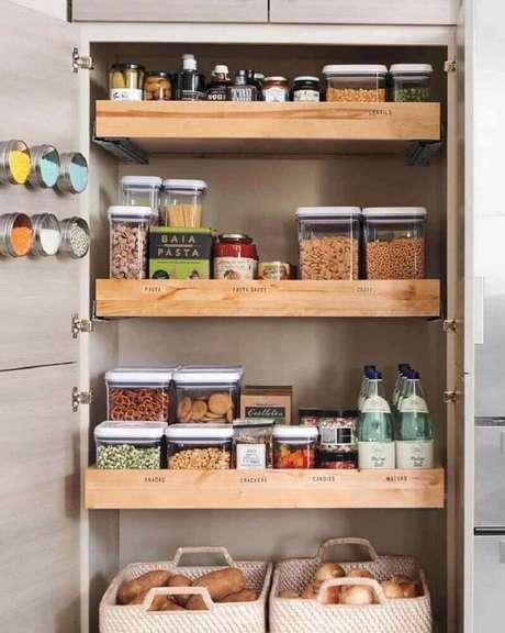 85. Modelo de compartimentos organizados em armário planejado de cozinha – Foto: Curryono