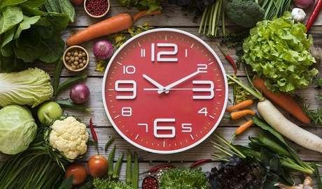 3.  Alimente-se a CADA TRÊS HORAS. Ainda que cada pessoa seja diferente, adapte a sua rotina para fazer de quatro a cinco refeições diárias. Você não só assegurará que a sua glicemia se mantenha constante, como fará o corpo trabalhar o tempo todo, ou seja: o metabolismo se manterá mais acelerado.