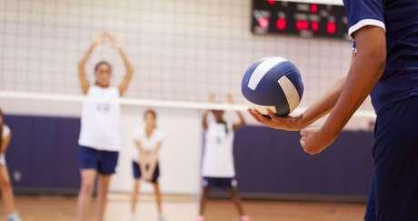 Saque - Esse fundamento dá início ao jogo. Existem duas formas diferentes de saque:   Saque parado - saindo do chão, o atleta não salta para fazer o fundamento. Segure a bola com uma das mãos, jogue-a para cima e, com a outra mão, dê um golpe na redonda para jogá-la para a quadra adversária  | Fonte: Getty Images