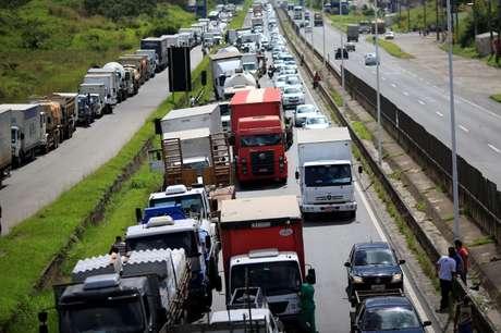 Caminhoneiros bloqueiam trecho da BR-324 durante greve em maio 23/05/2018 REUTERS/Ueslei Marcelino