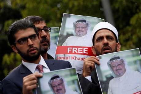 Ativistas de direitos humanos e amigos de jornalista saudita Jamal Khashoggi protestam em frente ao consulado da Arábia Saudita em Istambul 08/10/2018 REUTERS/Murad Sezer